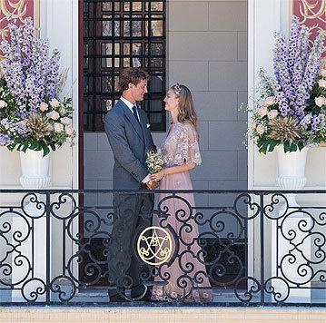 Zum Standesamt: Ein zartrosa Kleid von Valentino, das mit goldener Spitze veredelt. (Bild: Instagram)
