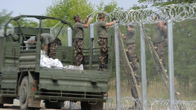 Arbeiten am Grenzzaun im Süden Ungarns im Jahr 2015 (Bild: APA/EPA/ZOLTAN GERGELY KELEMAN)