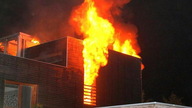 Flammen schossen aus dem Dach des Gebäudes. Das Haus wurde schwer in Mitleidenschaft gezogen. (Bild: APA/FF KRITZENDORF)