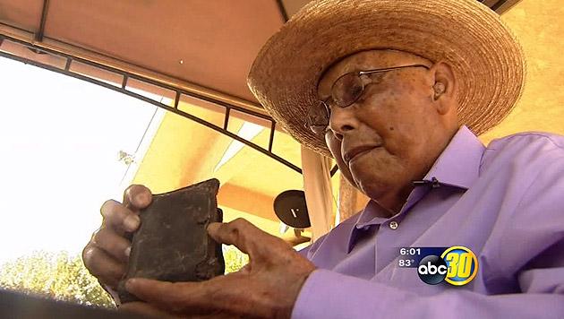 Weltkriegsveteran Eligio Ramos freut sich nach 70 Jahren über seine retournierte Geldbörse. (Bild: abc30.com)