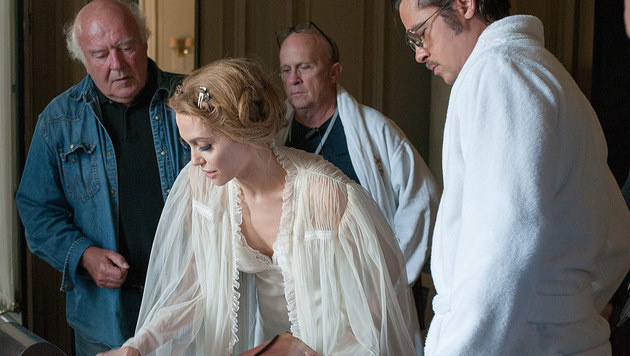 Christian Berger (li.) am Set mit Angelina Jolie und Brad Pitt (Bild: Merrick Morton/Universal Pictures)
