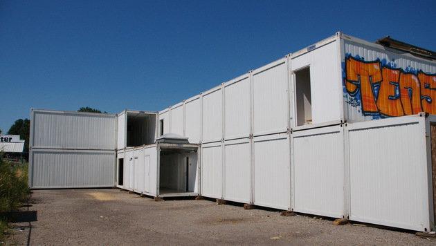 Diese 35 Container gehören der Stadt Linz. Sie werden in Pasching für 50 Flüchtlinge aufgestellt. (Bild: Robert Loy)