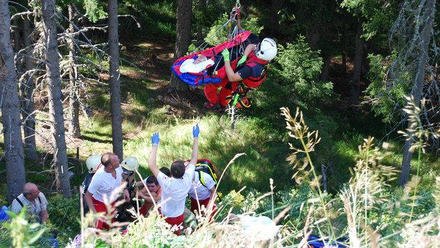 Schwierige Bergung: Der Verletzte wurde per Tau geborgen. (Bild: Roland Holitzky)