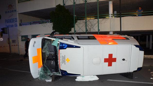 Der Rettungswagen kippte um und kam auf der Fahrerseite zu liegen. (Bild: APA/THOMAS LENGER)