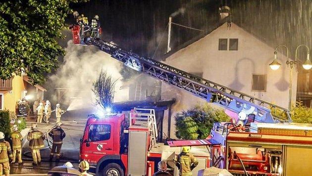 Insgesamt 86 Männer löschten das Feuer in dem Haus direkt im Ortszentrum von Neumarkt. (Bild: Markus Tschepp)