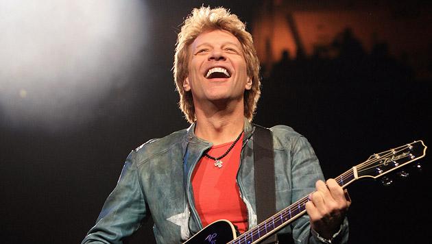 Rock-Superstar Bon Jovi liefert Sommerüberraschung (Bild: AP)
