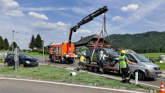 Autounfall fordert fünf teils schwer Verletzte (Bild: APA/FILMTEAM AUSTRIA/ROLAND THENY)