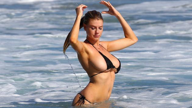 Sehr sexy! Charlotte McKinney planscht im Mini-Bikini in den Wellen. (Bild: splash news)