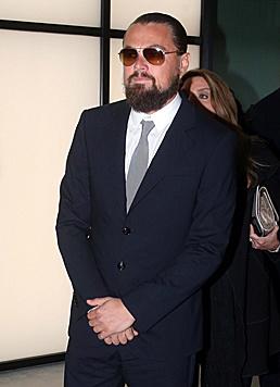 Zauselbart und Männerdutt zum Trotz angelt sich Leonardo DiCaprio eine Schönheit nach der anderen. (Bild: EPA)