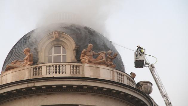 Feuerwehr-Großeinsatz im Wiener Palais Fanto (Bild: Andi Schiel)