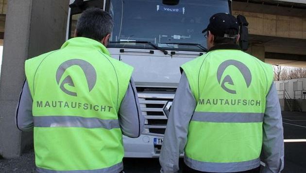 Mit falschen Meldezetteln bekamen die Lkw-Lenker eine digitale Fahrerkarte für Österreich. (Bild: Andreas Schiel (Symbolbild))