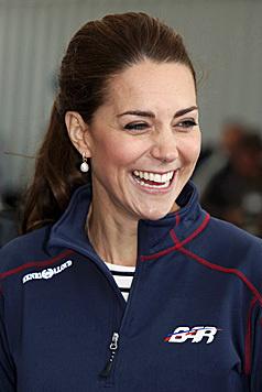 Und ihre Haare darf die Ehefrau von Prinz William jetzt nur noch offen und leicht gewellt tragen. (Bild: AP)