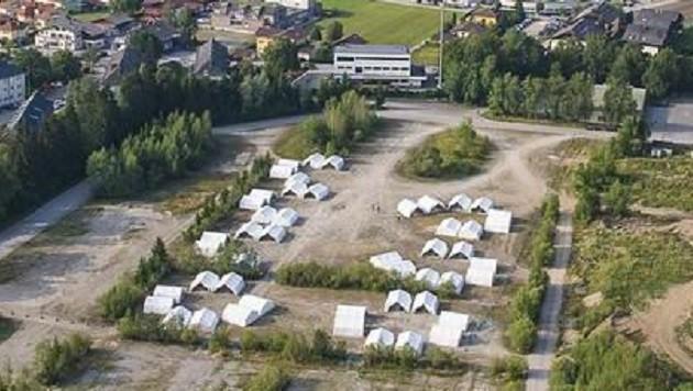 Aus der Luft fotografiert: Die Zelte sind in Gruppen angeordnet, daneben die Walserfeldsiedlung. (Bild: Markus Tschepp)