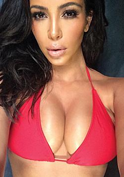 Kim Kardashian zwängt ihren XXL-Busen am liebsten in einen XXS-Triangel-Bikini. (Bild: Viennareport)