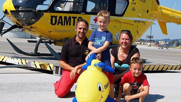 Toni (Mitte) mit Mama Margit, Bruder Max und dem ÖAMTC-Piloten Manfred Hofer (Bild: ÖAMTC)