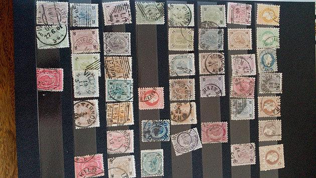 Die Briefmarken werden nun gründlich von einem Sachverständigen überprüft. (Bild: Alexander Schwab)