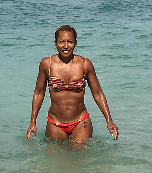 Adrienne Banfield-Jones (62), die Mutter von Jada Pinkett Smith (43, im Bikini (Bild: Facebook/jadapinkettSmith)