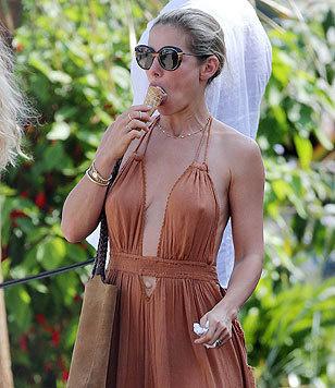 Chris Hemsworths Ehefrau Elsa Pataky schleckt im heißen Kleid kaltes Eis. (Bild: Viennareport)