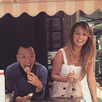 John Legend und seine schöne Frau Chrissy Teigen haben eine richtige Gaudi beim Eisessen. (Bild: Viennareport)