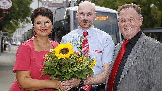 Öffi-Stadträtin Renate Brauner und Wiener Linien-Chef Eduard Winter gratulieren Roland Fischer. (Bild: Martin A. Jöchl)