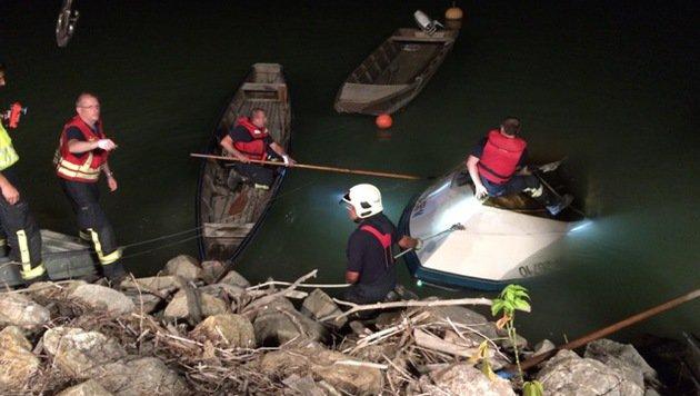Das Motorboot rammte mit hoher Geschwindigkeit einen Felsen. (Bild: FF Langenzersdorf)
