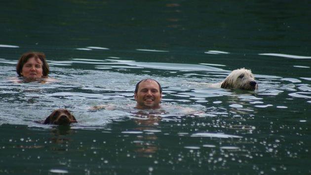 """Spaß im Wasser: """"Phoebe"""" und """"Emma"""" mit Frauchen Claudia Oberbichler und Herrchen Hannes Schaller (Bild: Claudia Fischer)"""