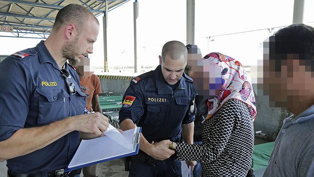 Die Flüchtlinge erhalten Bändchen - auf diesen sind die wichtigsten Informationen notiert. (Bild: Klemens Groh)