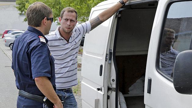 """Die """"Krone"""" inspiziert ein Schlepperauto. (Bild: Klemens Groh)"""