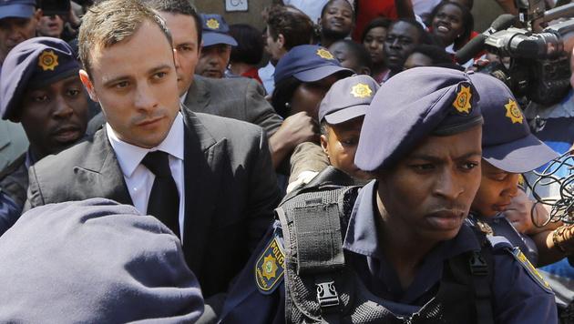 Pistorius kommt nach nur 10 Monaten aus Gefängnis (Bild: APA/EPA/KIM LUDBROOK)