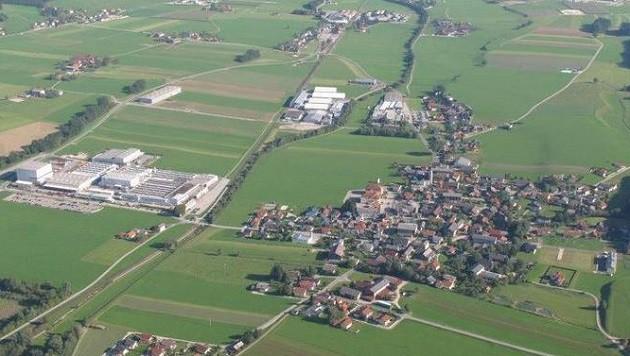 Lengau knapp hinter der Grenze zu Oberösterreich. Der Ortskern mit Gewerbepark aus der Luft (Bild: Gemeinde Lengau)
