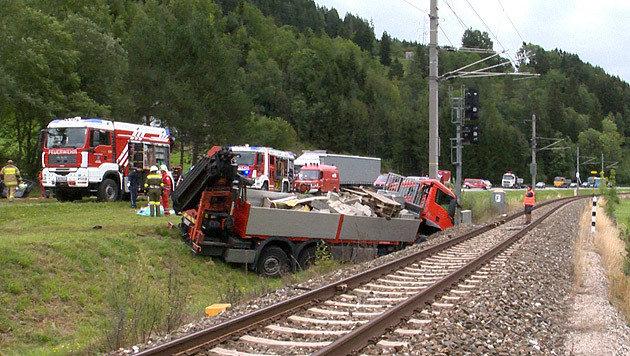 Auto kollidiert mit Lkw - dreiköpfige Familie tot (Bild: BFV LIEZEN / Schlüßlmayr)
