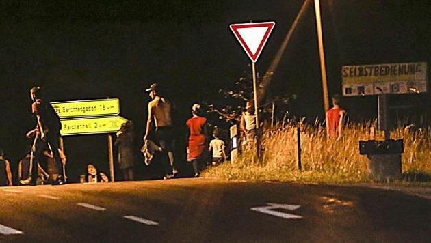 Flüchtlinge, die nachts von Großgmain aus über die Grenze nach Bayern kommen. (Bild: Markus Tschepp)