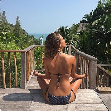 Jessica Alba findet ihre Mitte - im Bikini unter herrlichem Sonnenhimmel. (Bild: Viennareport)