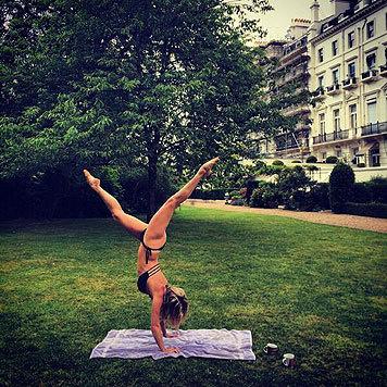 Nicht schlecht, Herr Specht! Model Rachel Hunter macht ihren Yoga-Handstand im Bikini. (Bild: Viennareport)