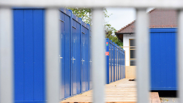 In Ohlsdorf ziehen 100 Flüchtlinge in Container, in OÖ stehen trotz Kritik Quartiere für 150 leer. (Bild: Wolfgang Spitzbart)