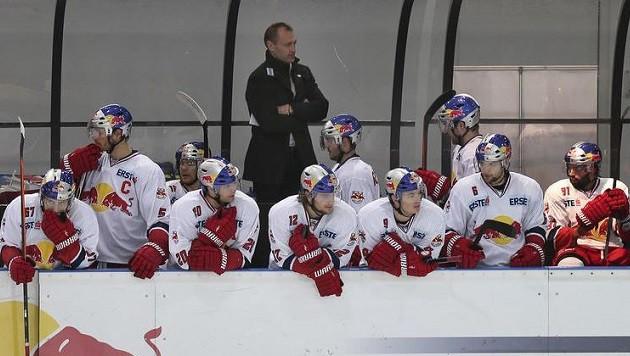 Salzburg-Trainer Dan Ratushny (hinten) sieht seine Eis-Bullen für die CHL gerüstet. (Bild: Andreas Tröster)