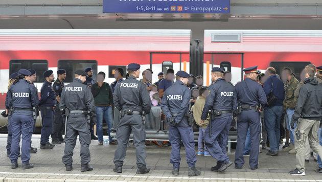 93 Flüchtlinge am Wiener Westbahnhof aufgegriffen (Bild: APA/HERBERT NEUBAUER)