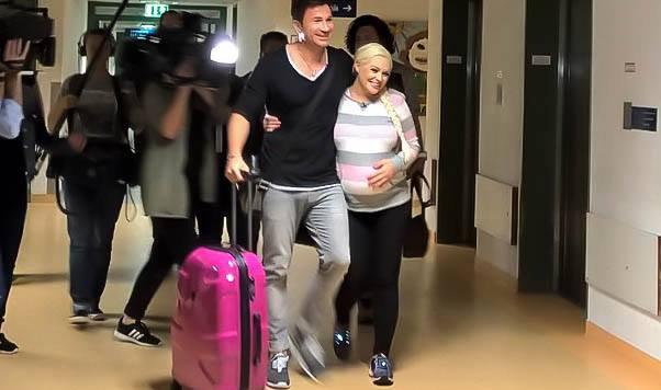 Daniela Katzenberger auf dem Weg in den Kreißsaal. Begleitet wird sie von Freund Lucas Cordalis. (Bild: Facebook.com)