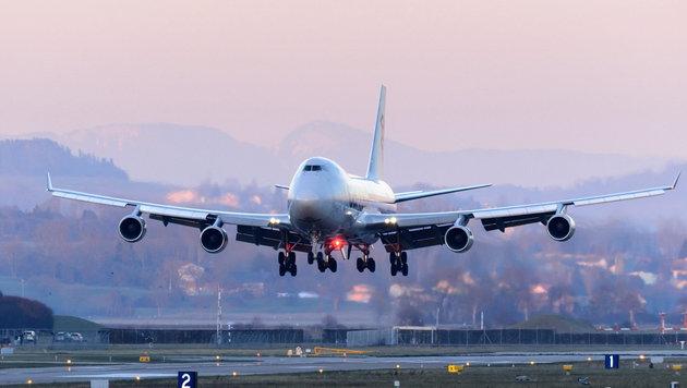 Flugzeug verlor beim Landeanflug 3,5-Meter-Teil (Bild: APA/EPA/LAURENT GILLIERON)