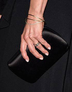 Es funkelt und glitzert am Finger von Jennifer Aniston: Ein Diamantenband ziert ihren edlen Ehering. (Bild: AFP)