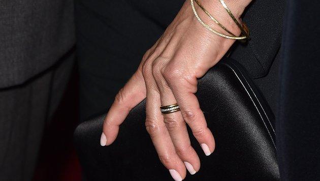 Passend zu dem Ring hat Aniston zarte, goldene Armreifen kombiniert. (Bild: 2015 Getty Images)