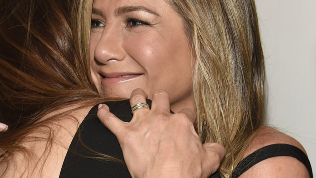 Nach der heimlichen Hochzeit zeigt Jennifer Aniston zum ersten Mal ihren Ehering. (Bild: Chris Pizzello/Invision/AP)
