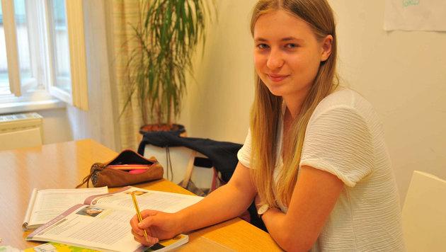 Theresa Hinterdorfer trainiert die neuen Testformate für die Englischmatura im Lernquadrat in Linz (Bild: Horst Einšöder)