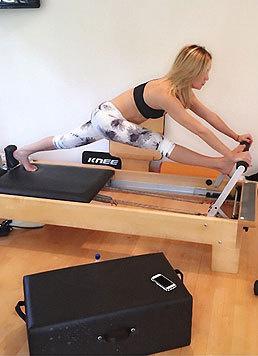 """Kate Hudson modelliert ihren Traumbody auf dem Pilates-""""Reformer"""". (Bild: Viennareport)"""