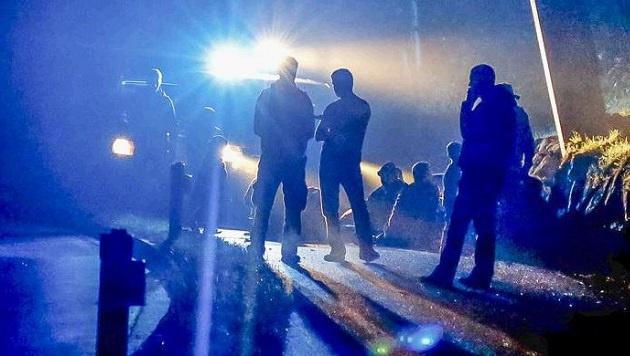 24 kranke und durchnässte Flüchtlinge wurden von gewissenlosen Schleppern in Großgmain ausgesetzt. (Bild: Markus Tschepp)