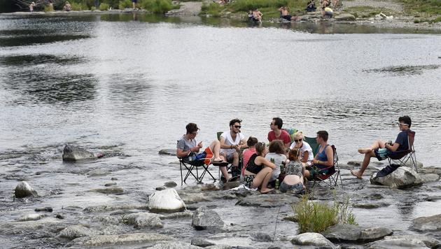 Abkühlung am Fluss (Bild: APA/EPA/HERBERT P. OCZERET)