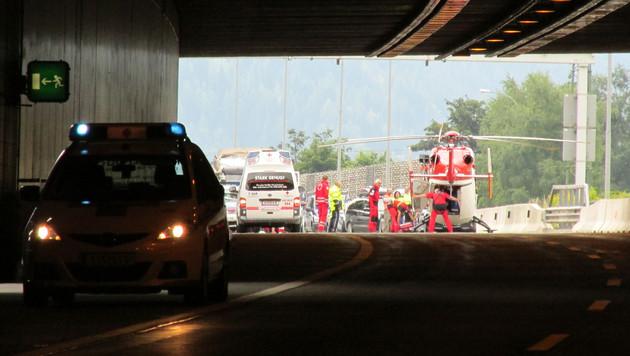 Rettungshubschrauber brachten die Verletzten nach dem Unfall am Tunnelportal in Spitäler. (Bild: APA/FF RENNWEG)