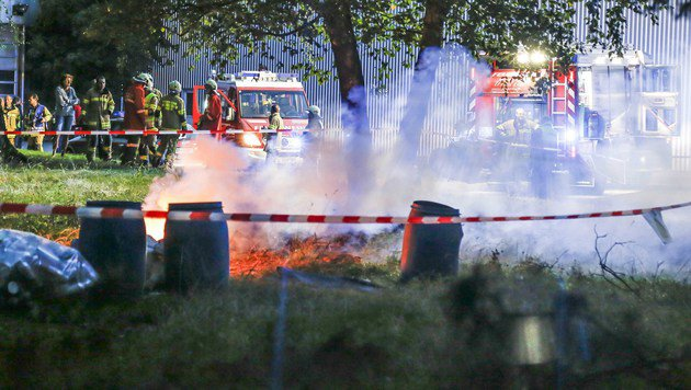 Das Fass mit der hochentzündlichen Substanz brannte lichterloh. (Bild: MARKUS TSCHEPP)