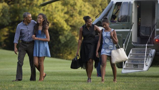 Obama mit Tochter Malia und First Lady Michelle mit Tochter Sasha (Bild: AP)