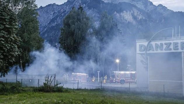 Bei der Parkettfirma Danzer in Grödig gerieten Sonntagabend gefährliche Chemikalien in Brand. (Bild: Markus Tschepp)